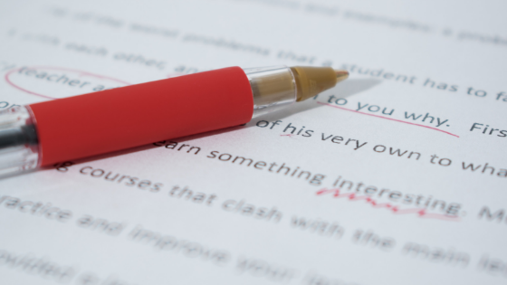 Tekst die met rode pen gecorrigeerd wordt
